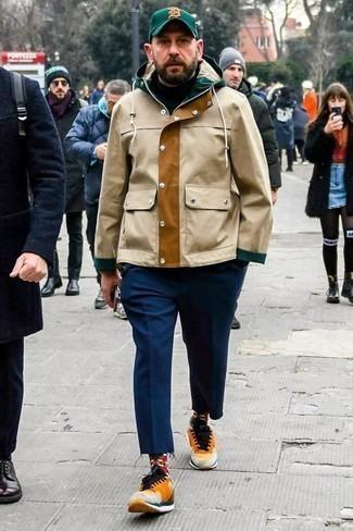 Outfits hombres en clima fresco estilo casuale: Opta por una parka marrón claro y un pantalón chino azul marino para lidiar sin esfuerzo con lo que sea que te traiga el día. Si no quieres vestir totalmente formal, opta por un par de deportivas naranjas.