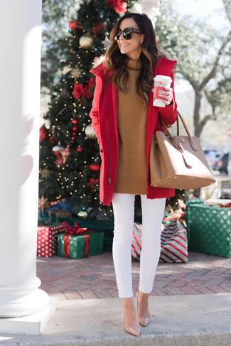 Cómo combinar: parka roja, jersey de cuello alto en tabaco, vaqueros pitillo blancos, zapatos de tacón de cuero en beige
