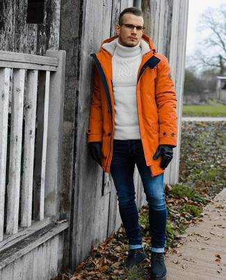 Cómo combinar: parka naranja, jersey de cuello alto de lana de punto blanco, vaqueros pitillo azul marino, botas casual de ante negras