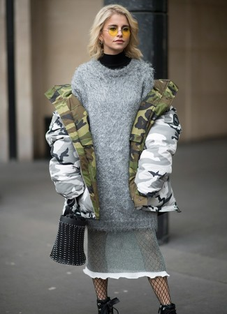 Cómo combinar: parka de camuflaje gris, jersey de cuello alto negro, vestido jersey de punto gris, botines con cordones de cuero negros