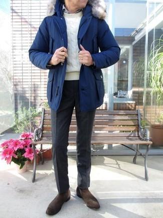 Cómo combinar: parka azul, jersey de ochos blanco, camisa de manga larga de cuadro vichy en blanco y negro, pantalón de vestir de lana negro