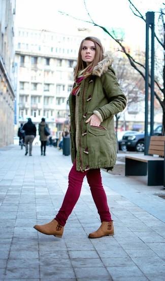 Cómo combinar: parka verde oliva, jersey oversized de punto en beige, vaqueros pitillo burdeos, botines chelsea de ante marrónes