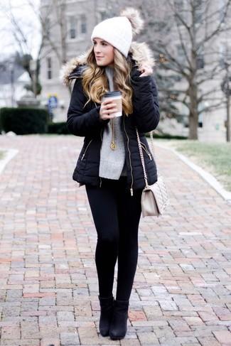 Cómo combinar un bolso bandolera de cuero acolchado en beige: Una parka negra y un bolso bandolera de cuero acolchado en beige son una opción estupenda para el fin de semana. Botines de cuero negros son una opción inigualable para complementar tu atuendo.