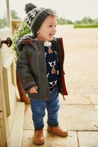 Cómo combinar: parka en gris oscuro, jersey estampado azul marino, vaqueros azules, botas de cuero marrón claro