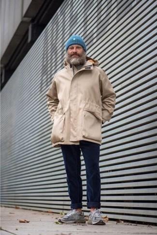 Moda para hombres de 50 años estilo relajado: Empareja una parka marrón claro con un pantalón chino de pana azul marino para una vestimenta cómoda que queda muy bien junta. ¿Te sientes valiente? Completa tu atuendo con deportivas grises.