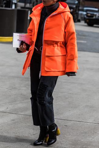 Cómo combinar: parka naranja, jersey de cuello alto negro, vaqueros boyfriend desgastados negros, botines de cuero negros