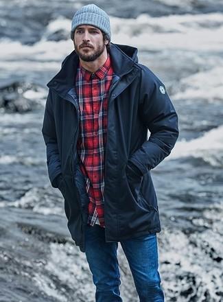Cómo combinar: parka negra, camisa de manga larga de tartán roja, vaqueros pitillo azules, gorro gris