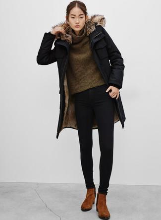 Cómo combinar: parka negra, jersey con cuello vuelto holgado verde oliva, vaqueros pitillo negros, botines chelsea de ante marrónes