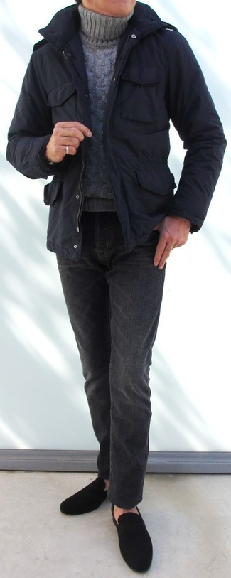 Cómo combinar: parka negra, jersey de cuello alto de punto gris, vaqueros en gris oscuro, mocasín de ante negro