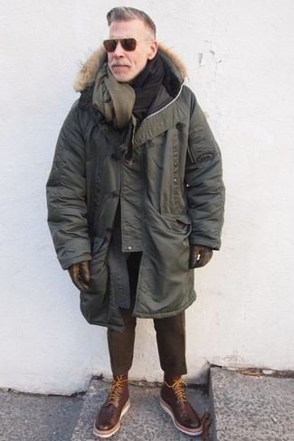 Look de Nick Wooster: Parka Verde Oliva, Pantalón de Vestir de Lana en Marrón Oscuro, Botas Brogue de Cuero en Marrón Oscuro, Bufanda de Lana Verde Oliva