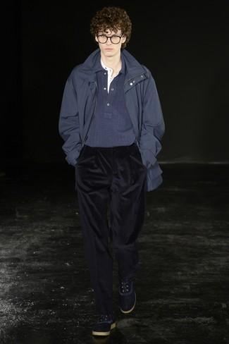 Cómo combinar: parka azul marino, polo de manga larga azul marino, camiseta henley blanca, pantalón de vestir de pana azul marino
