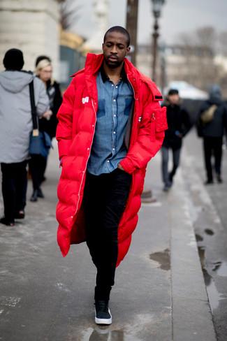 Cómo combinar: parka roja, camisa de manga larga de cambray azul, pantalón de chándal negro, zapatillas altas de cuero negras