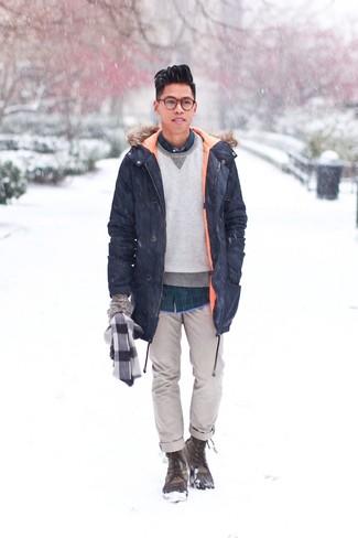 Cómo combinar un pantalón chino gris: Ponte una parka azul marino y un pantalón chino gris para lidiar sin esfuerzo con lo que sea que te traiga el día. Si no quieres vestir totalmente formal, elige un par de botas para la nieve verde oliva.