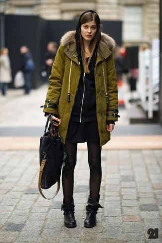 Cómo combinar: parka verde oliva, sudadera con capucha negra, vestido casual negro, botas a media pierna de cuero negras