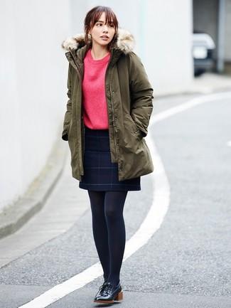 Cómo combinar una minifalda a cuadros: Emparejar una parka verde oliva junto a una minifalda a cuadros es una opción muy buena para el fin de semana. Si no quieres vestir totalmente formal, opta por un par de zapatos derby de cuero negros.