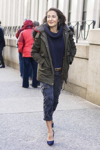 Cómo combinar: parka verde oliva, suéter con cuello chal azul marino, pantalón cargo azul marino, zapatos de tacón de ante azul marino