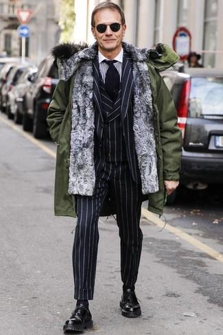 Cómo combinar: parka verde oliva, traje de tres piezas de rayas verticales negro, camisa de vestir de rayas verticales en blanco y negro, zapatos oxford de cuero negros