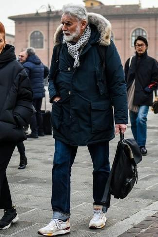 Outfits hombres estilo relajado: Equípate una parka azul marino junto a unos vaqueros azul marino transmitirán una vibra libre y relajada. Si no quieres vestir totalmente formal, completa tu atuendo con deportivas blancas.