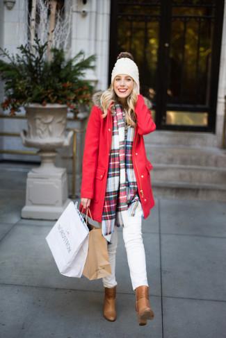 Cómo combinar: parka roja, vaqueros pitillo blancos, botines de cuero marrón claro, gorro blanco
