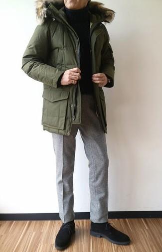 Cómo combinar: parka verde oliva, jersey de cuello alto negro, pantalón de vestir de lana gris, botas safari de ante negras