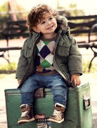 Cómo combinar: parka verde oliva, jersey en multicolor, vaqueros azules, zapatillas marrónes