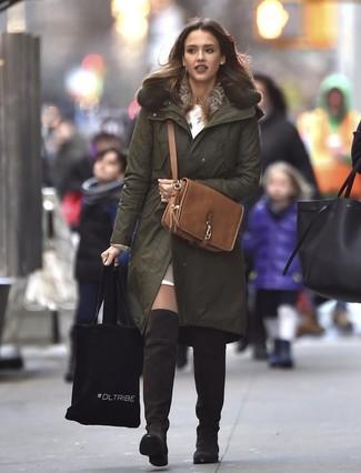 Cómo combinar: parka verde oliva, vestido jersey blanco, top corto de cuero marrón claro, botas sobre la rodilla de ante en marrón oscuro