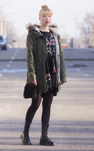 Cómo combinar: parka verde oliva, vestido casual bordado negro, botas planas con cordones de cuero negras, bolso bandolera de pelo negro