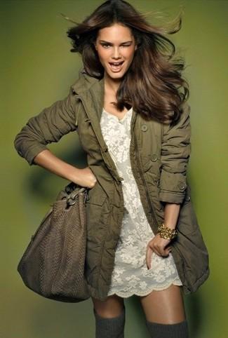 Cómo combinar: parka verde oliva, vestido recto de encaje blanco, calcetines hasta la rodilla grises, bolsa tote de cuero marrón