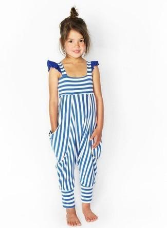 Cómo combinar: peto de rayas horizontales en blanco y azul