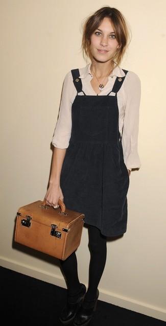 Cómo combinar: pichi negro, blusa de manga larga en beige, zapatos de tacón de cuero con recorte negros, cartera de cuero en tabaco