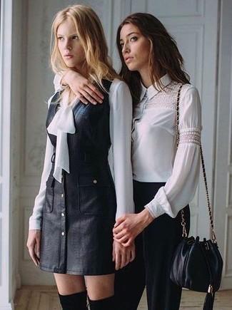 Cómo combinar una blusa de manga larga de seda blanca: Elige una blusa de manga larga de seda blanca y un pichi de cuero negro para una apariencia fácil de vestir para todos los días. Completa tu atuendo con botas sobre la rodilla de ante negras para mostrar tu lado fashionista.