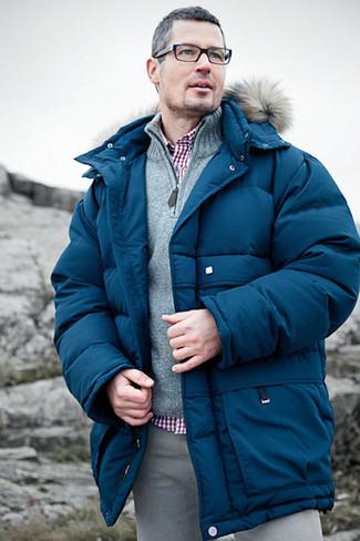 Cómo combinar: plumífero azul, jersey de cuello alto con cremallera gris, camisa de vestir de cuadro vichy roja, pantalón chino gris
