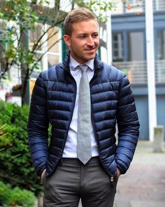 Cómo combinar: plumífero azul marino, camisa de vestir blanca, pantalón de vestir en gris oscuro, corbata a lunares gris