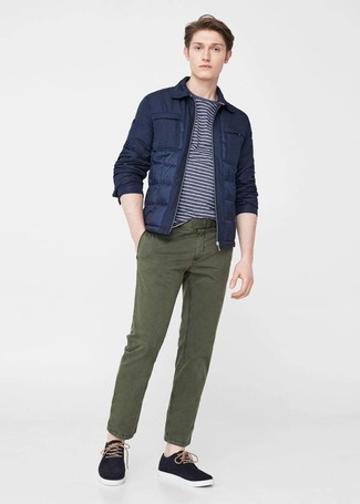 Cómo combinar: plumífero azul marino, camiseta con cuello circular de rayas horizontales en azul marino y blanco, pantalón chino verde oliva, zapatillas plimsoll negras