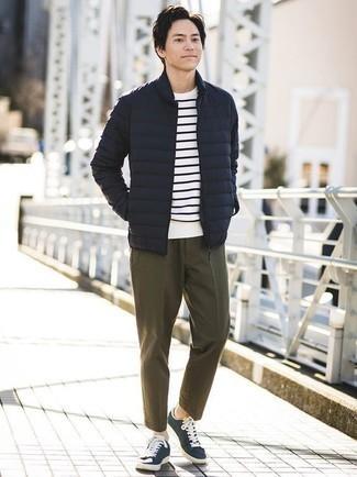 Cómo combinar una chaqueta: Ponte una chaqueta y un pantalón chino verde oliva para lograr un estilo informal elegante. Tenis de lona en azul marino y blanco añaden un toque de personalidad al look.