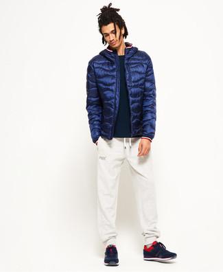 Cómo combinar: plumífero azul marino, jersey con cuello circular negro, pantalón de chándal blanco, deportivas en rojo y negro