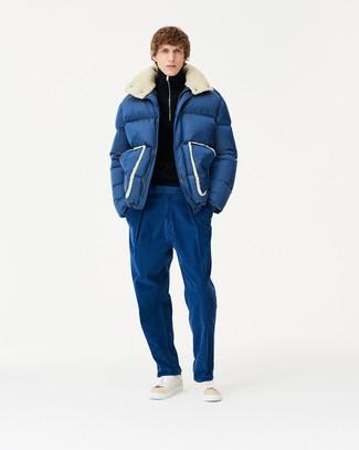 Cómo combinar: plumífero azul marino, jersey de cuello alto con cremallera negro, pantalón chino azul, zapatillas altas de cuero en beige