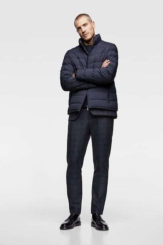 Cómo combinar: plumífero azul marino, traje de lana negro, camiseta con cuello circular azul marino, zapatos derby de cuero negros