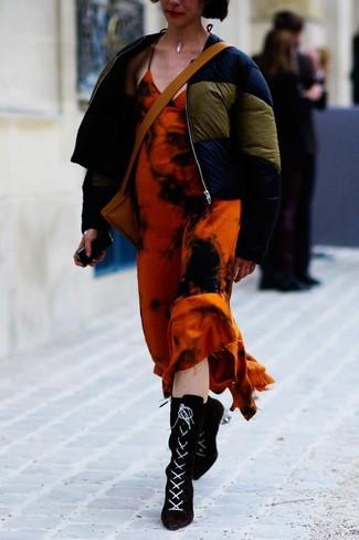 Cómo combinar: plumífero azul marino, vestido largo efecto teñido anudado naranja, botines con cordones de ante negros, bolso bandolera de cuero marrón claro
