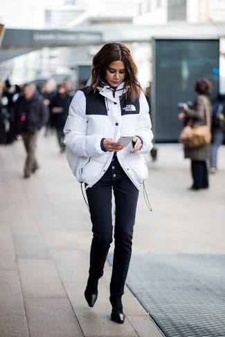 La versatilidad de un plumífero blanco y unos pantalones pitillo negros los hace prendas en las que vale la pena invertir. Dale un toque de elegancia a tu atuendo con un par de zapatos de tacón de cuero negros de Chie Mihara.