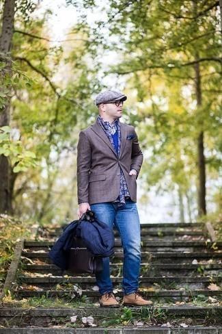 Cómo combinar un blazer a cuadros marrón: Equípate un blazer a cuadros marrón con unos vaqueros azules para conseguir una apariencia relajada pero elegante. Zapatos derby de ante marrón claro proporcionarán una estética clásica al conjunto.