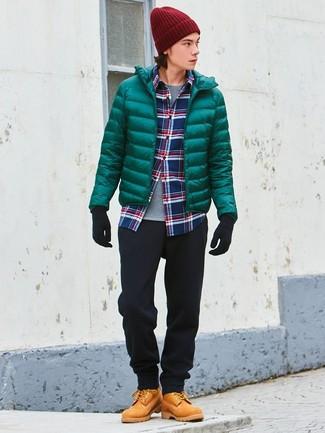 Cómo combinar: plumífero verde, camisa de manga larga de tartán en blanco y rojo y azul marino, camiseta con cuello circular gris, pantalón chino negro