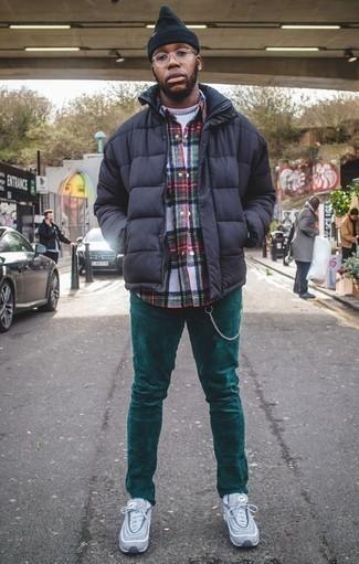 Cómo combinar un plumífero azul marino: Destaca entre otros civiles elegantes con un plumífero azul marino y un pantalón chino de pana en verde azulado. ¿Quieres elegir un zapato informal? Elige un par de deportivas celestes para el día.