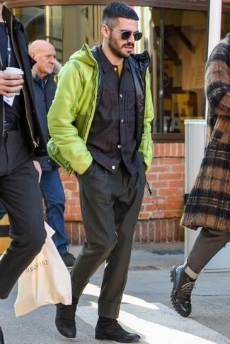 Cómo combinar un pantalón de vestir en gris oscuro: Opta por un plumífero en amarillo verdoso y un pantalón de vestir en gris oscuro para rebosar clase y sofisticación. Botines chelsea de ante negros añaden un toque de personalidad al look.
