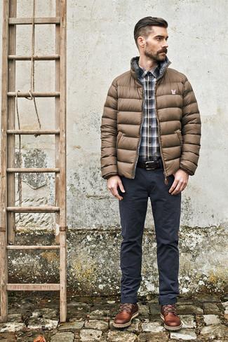 Cómo combinar: plumífero marrón, camisa de manga larga de tartán gris, pantalón chino en gris oscuro, botas casual de cuero marrónes