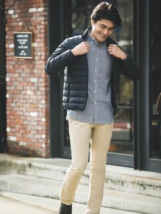 Cómo combinar: plumífero negro, camisa de manga larga de cuadro vichy azul marino, pantalón chino marrón claro, mocasín de cuero negro