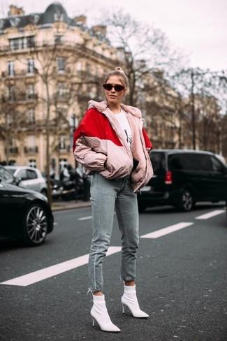 Cómo combinar: plumífero rosado, camiseta con cuello circular estampada en blanco y negro, vaqueros grises, botines de elástico blancos