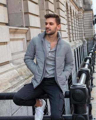 Cómo combinar: plumífero gris, camiseta henley de manga larga gris, pantalón cargo en gris oscuro, tenis blancos