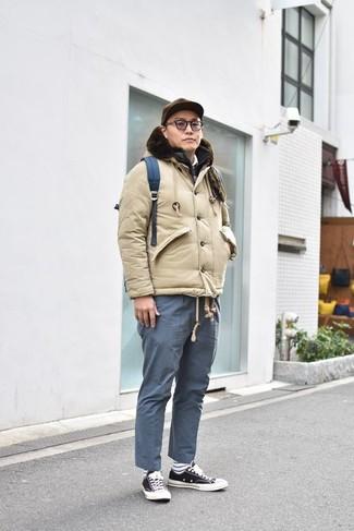 Cómo combinar: plumífero en beige, chaleco de abrigo acolchado negro, camisa polo blanca, pantalón chino azul