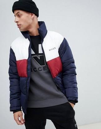 Cómo combinar: plumífero en blanco y rojo y azul marino, sudadera estampada gris, pantalón de chándal negro, gorro negro